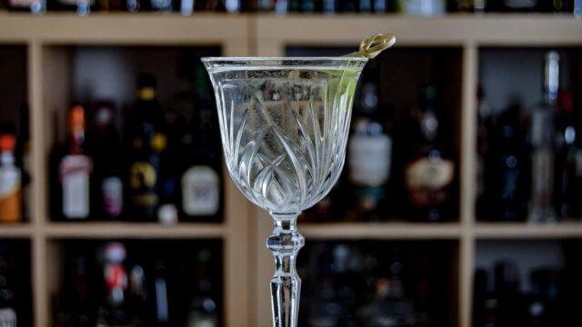 Ein Damn it Jimmy mit Sake, Weißem Rum, trockenem Wermut, Fino Sherry und Zuckersirup.