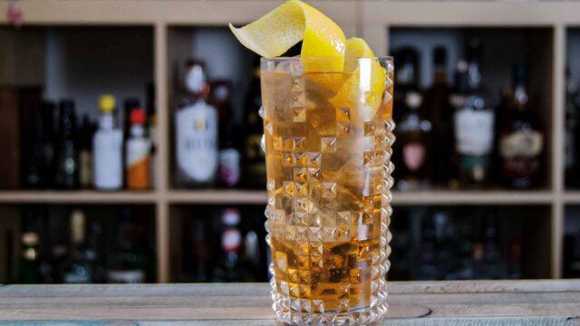 Ein Horse's Neck Cocktail aus Ginger Ale, Bourbon und Angostura Bitters.