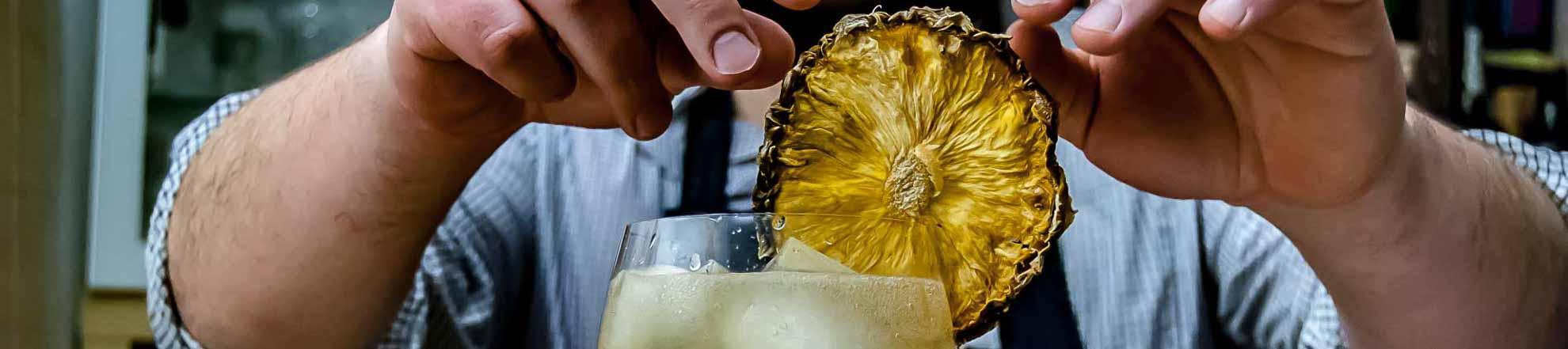 Lecker Ananas on top of einem Gin Tonic. Weil wir's können.
