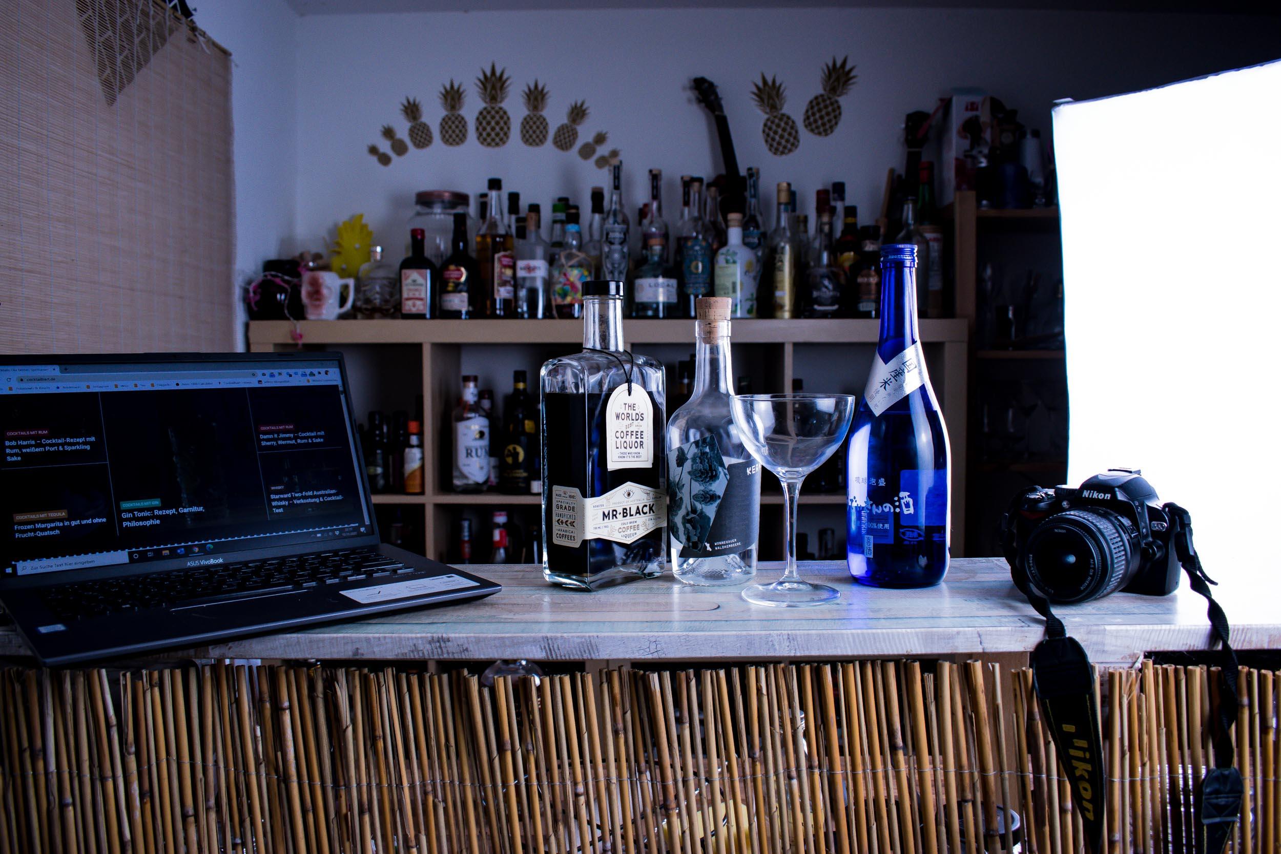 Bar, Schnaps, Laptop, Kamera - mehr brauchst du nicht für deinen eigenen Spirituosen-Blog. Und sogar die Bar ist optional.