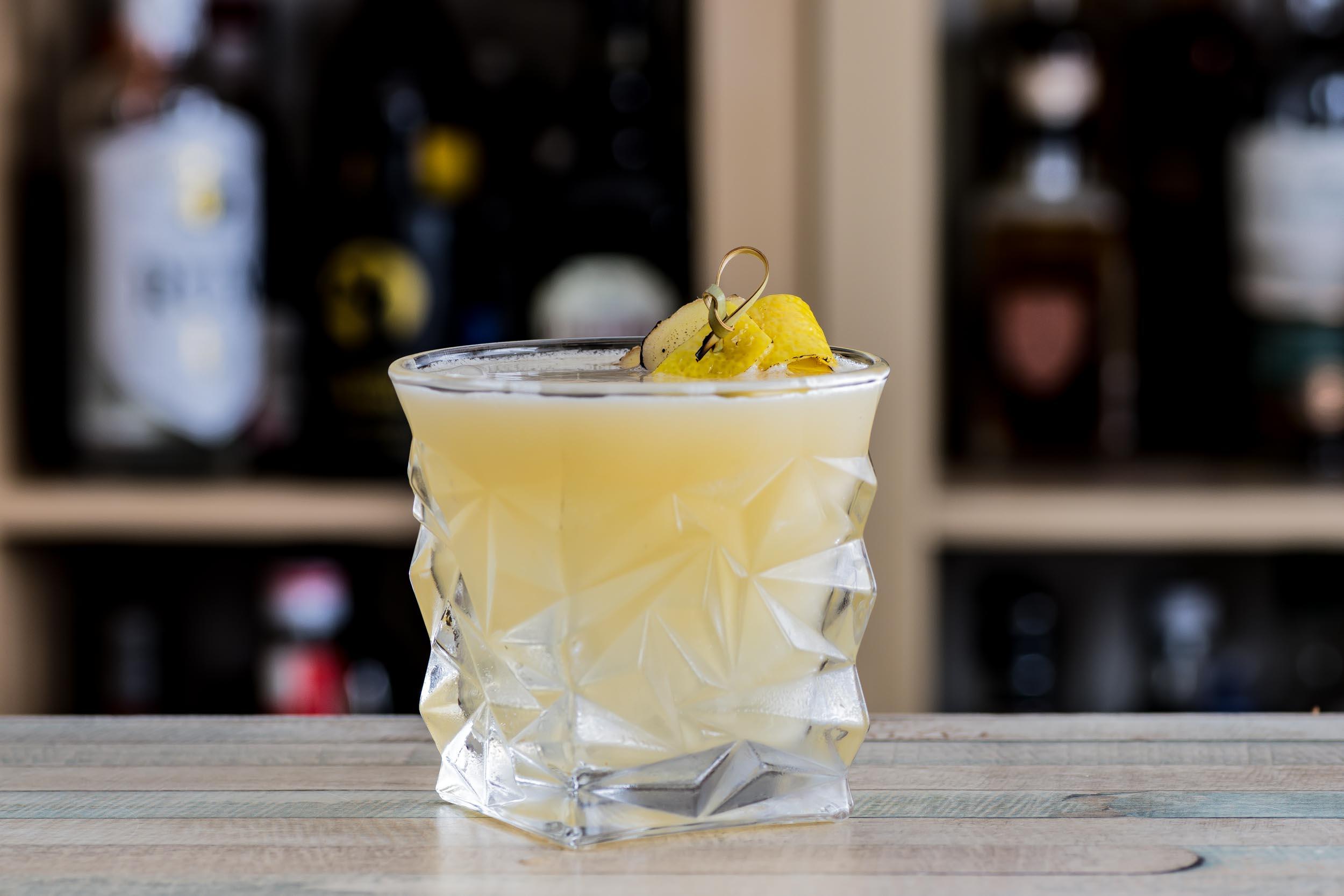 Ein Penicillin Cocktail mit Islay Scotch, mehr Scotch, Ingwer und Honig.
