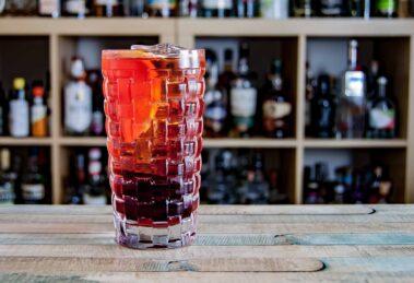 Der Aperitif-Drink Americano besteht aus süßem Wermut, Campari und Soda.