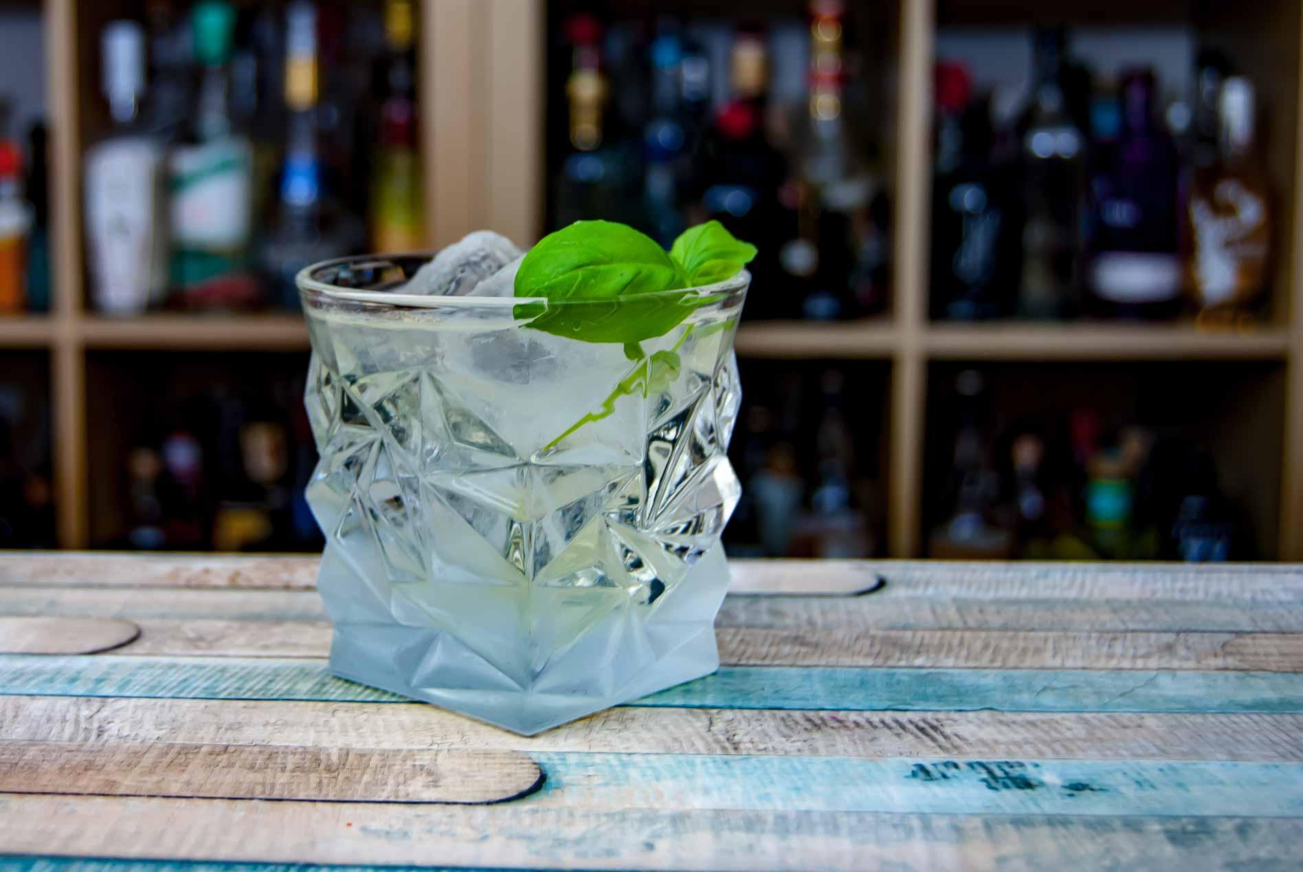 Ein geklärter Gin Basil Smash. Lecker & lustig, aber einfach nicht dasselbe.