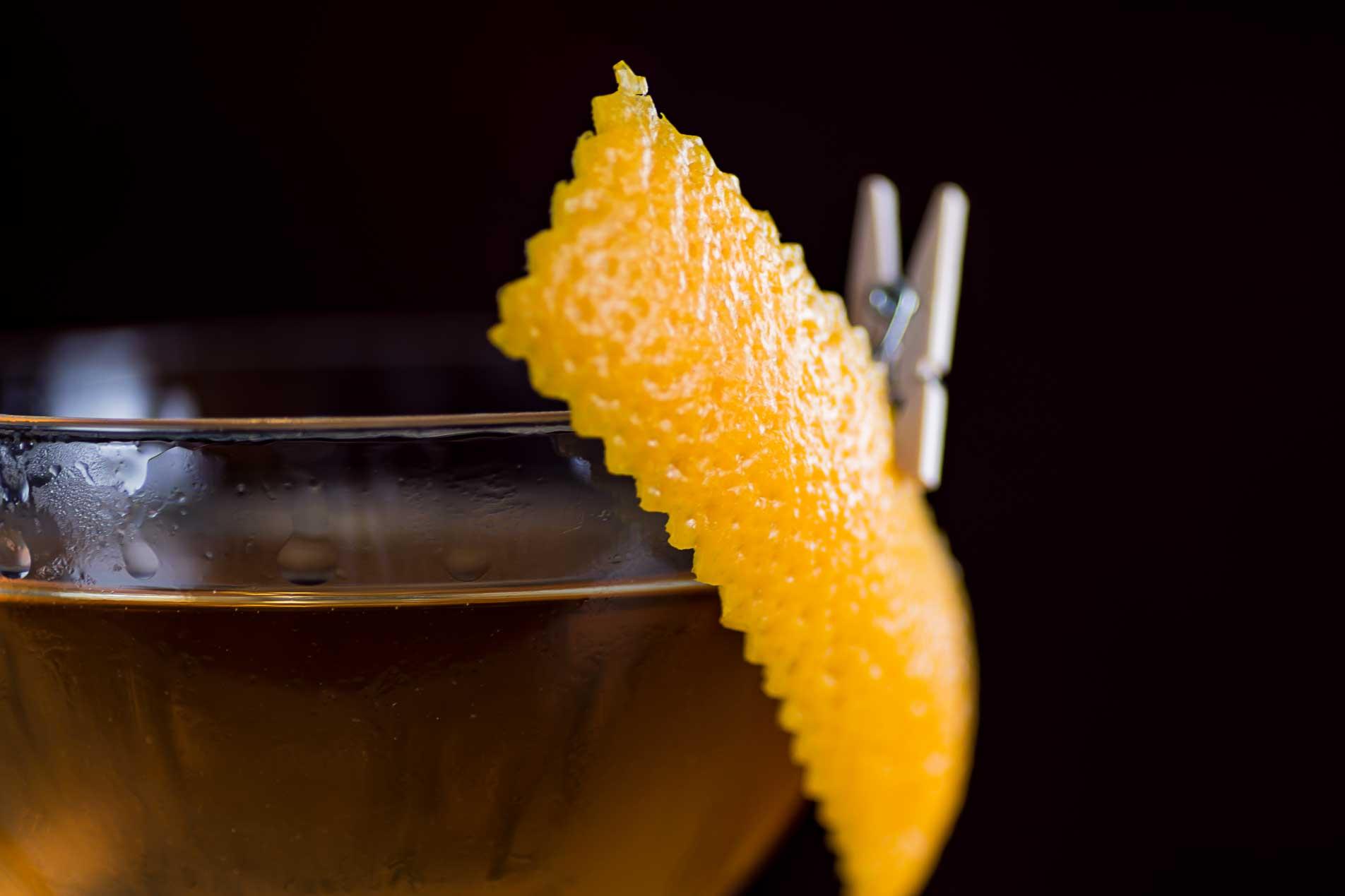 Die Orangenzeste als Garnitur funktioniert aromatisch vor allem mit dunklen Rums gut.
