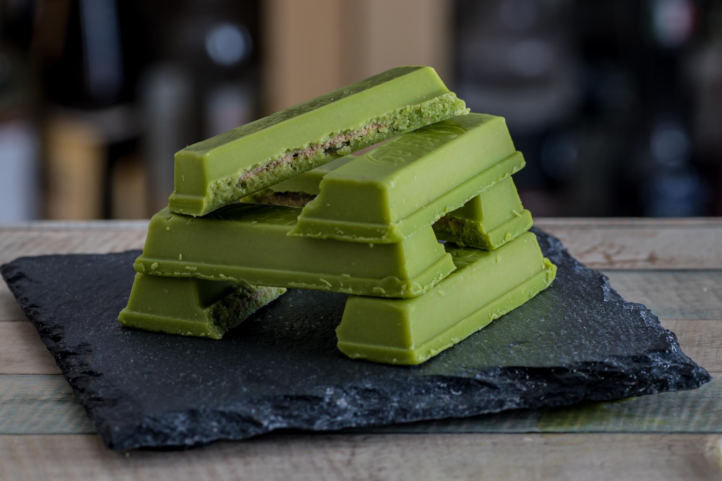 Ein Turm aus grünen Matcha-KitKats.