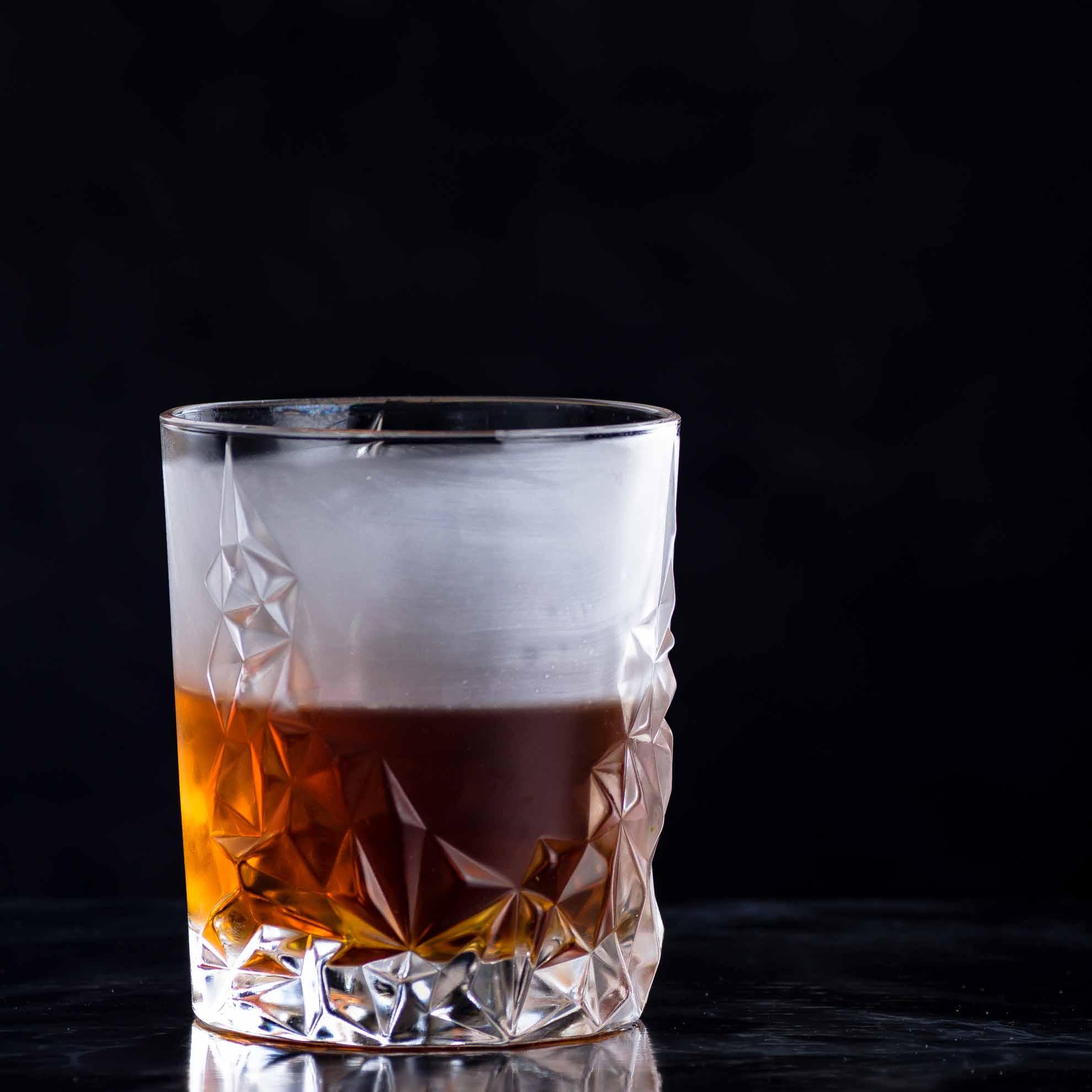 Beim 100 Year Old Cigar aus Rum, Benedictine, Cynar, Angostura und rauchigem Scotch ist der Name Programm.