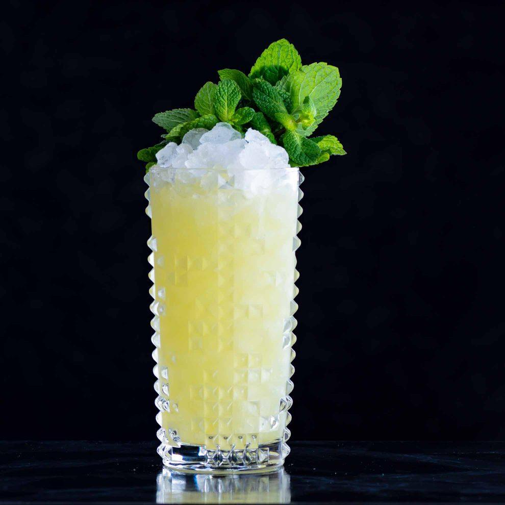 Der Chartreuse Swizzle Cocktail mit Chartreuse, Falernum und Ananassaft.