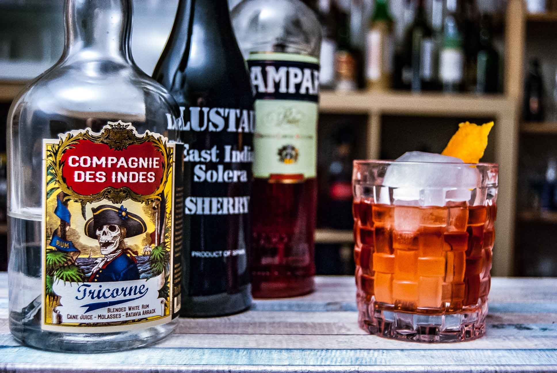 Ein East India Negroni mit Compagnie des Indes Tricorne, Lustau East India Solera Sherry und Campari.