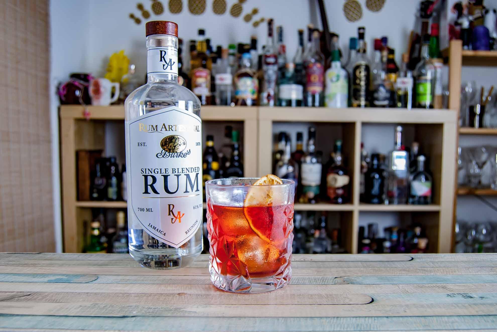 Ein East India Negroni mit Rum Artesanal Burke's White Single Blended Rum.