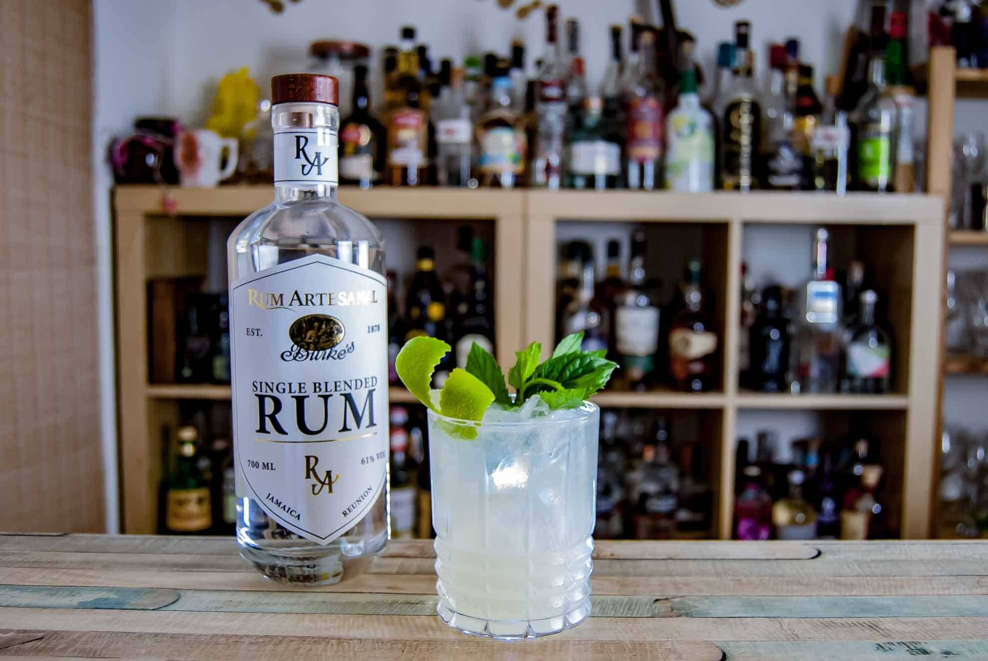 Ein Mojito mit Rum Artesanal Burke's White Single Blended Rum.