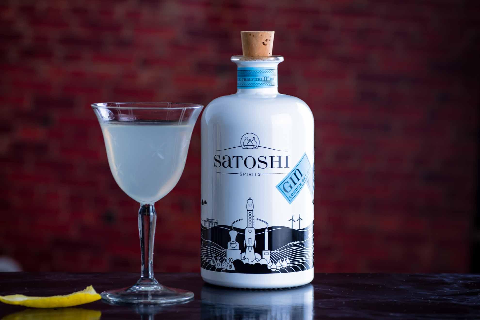 Satoshi Gin in einem eher klassischen, feuchten Martini mit gleichen Teilen Wermut und Gin.