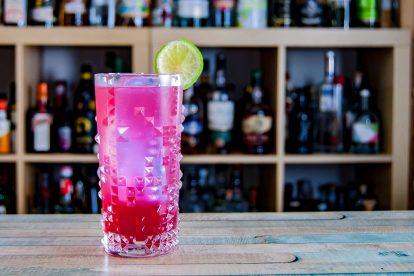Ein Sea Breeze Cocktail aus Wodka, Cranberrysaft, Grapefruitsaft und Limettensaft.