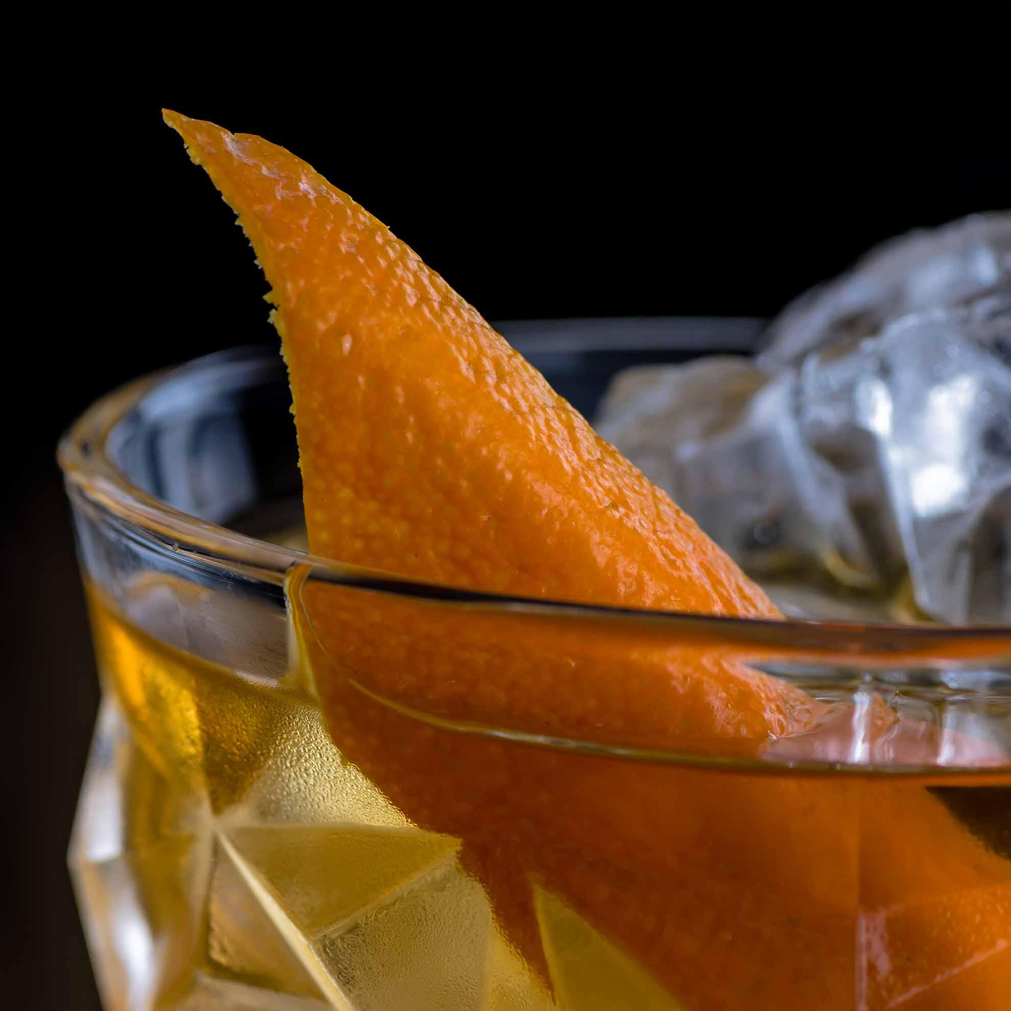 Ein Treacle - ein Rum Old Fashioned-Variante mit Apfelsaft.