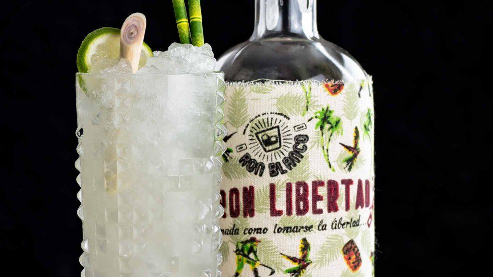 Ein Yauatcha Highball mit Oolong-Zitronengras-Rum und Ron Libertad.
