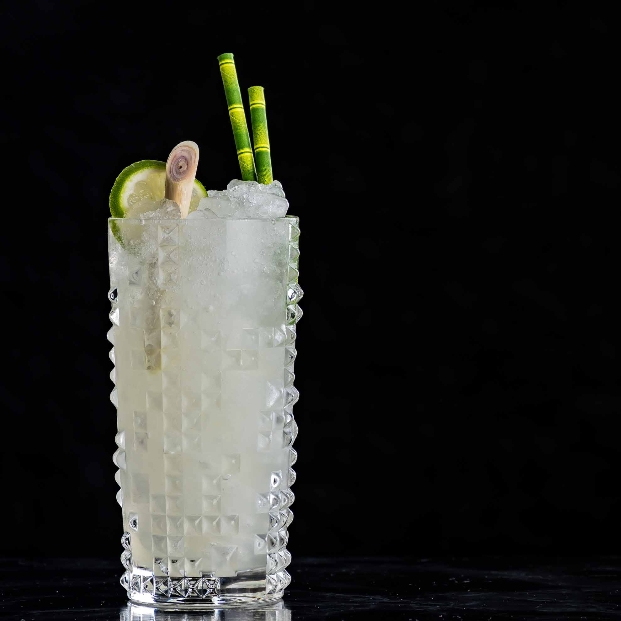Ein Yauatcha Highball mit Oolong-Zitronengras-Rum.