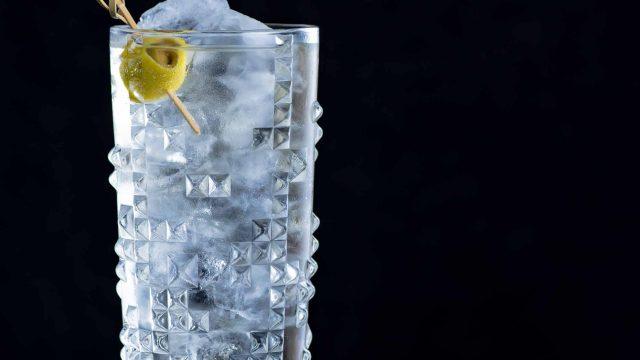 Ein Dirty Martini Highball aus Gin, weißem Wermut, Sherry, Oliven-Lake & Soda oder Tonic.