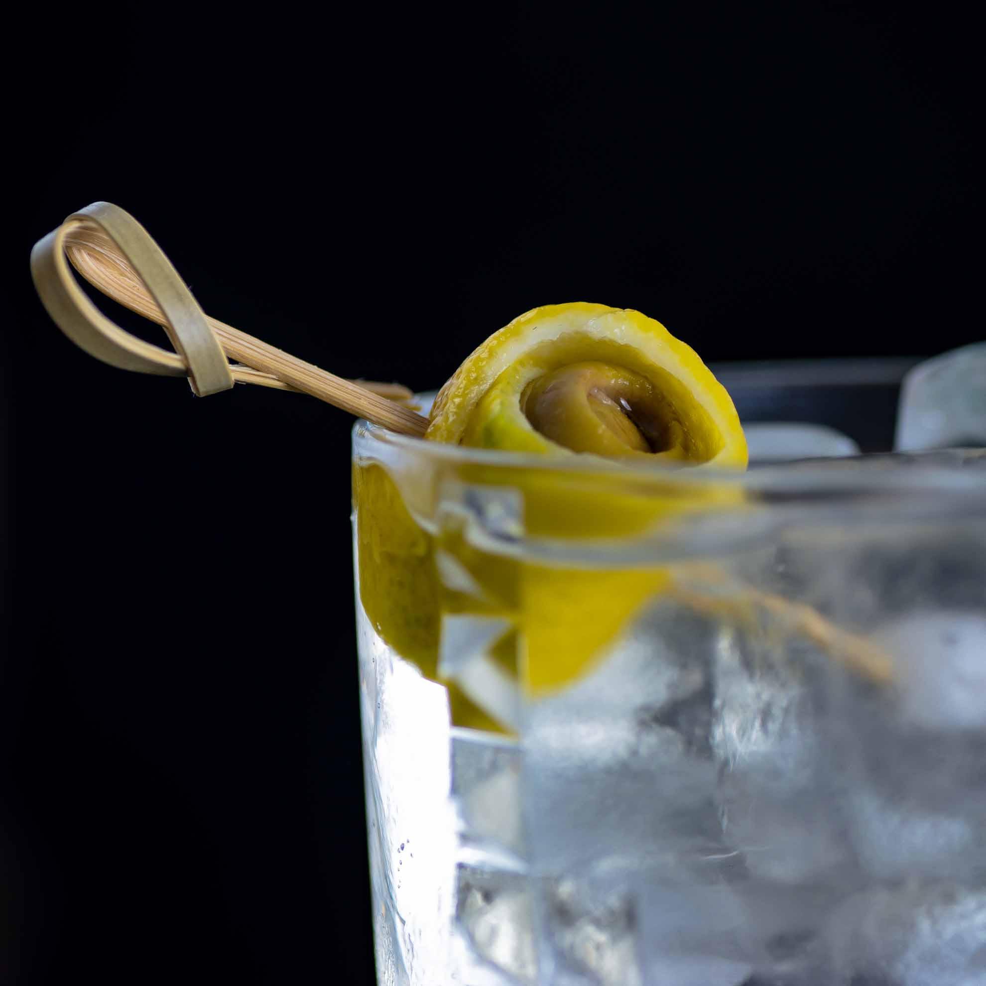 Das Garnish des Dirty Martini Highballs ist ziemliches Gefrickel - aber geil anzusehen.