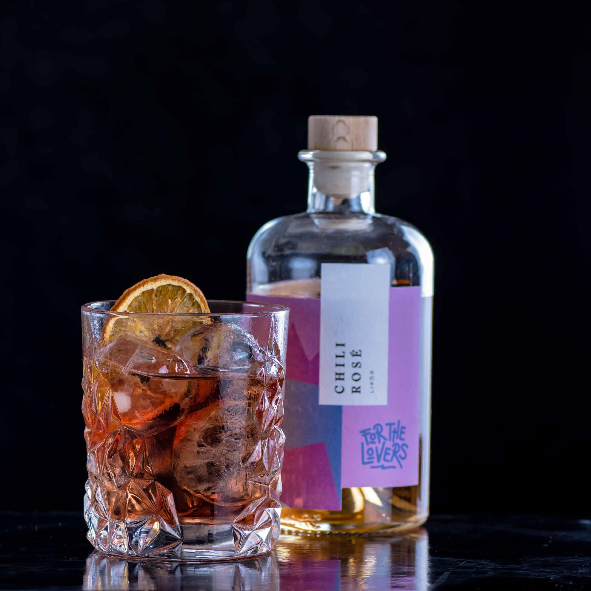 For the Lovers Chili Rosé Likör in einem ziemlich charmanten Boulevardier-Twist mit Bourbon und Campari.