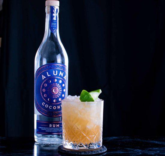 """Aluna Coconut Rum im Coconut Doppelgänger Cocktail, einem Mai Tai-""""Twist""""."""