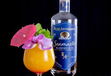 Rum Artesanal Burke's Seamaster Blended Rum in einem ziemlich Mango-lastingen Tiki-Monster.