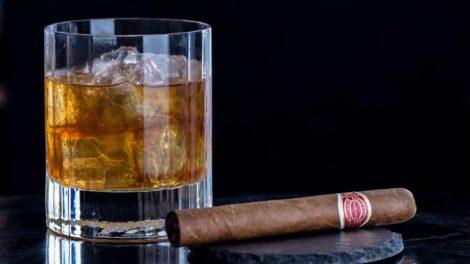 Ein Old Fashioned mit kubanischem Rum, dazu eine kubanische Zigarre – mal was anderes als Foodpairing.