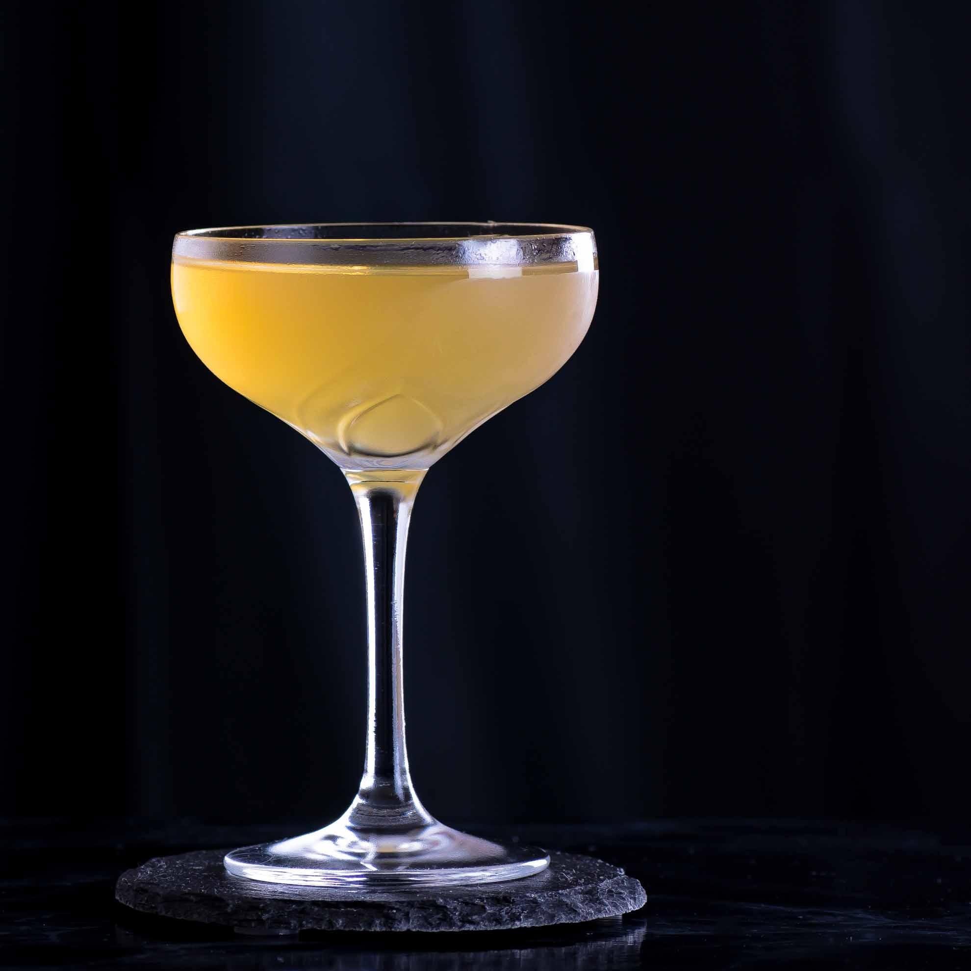 Ein Kennedy Manhattan mit gereiftem Rum und trockenem Wermut.