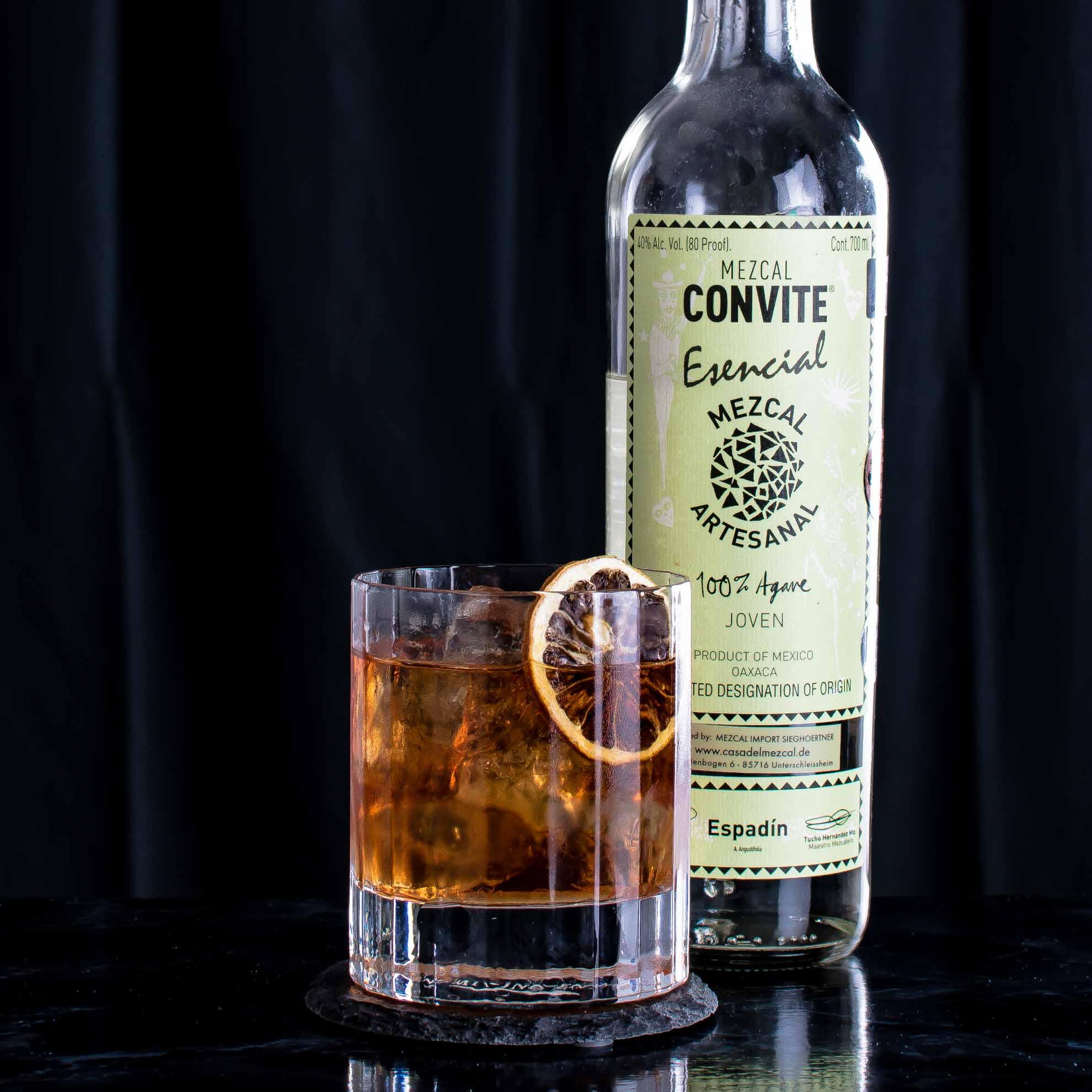 Convite Esencial Mezcal im Split Base Old Fashioned mit Rum.
