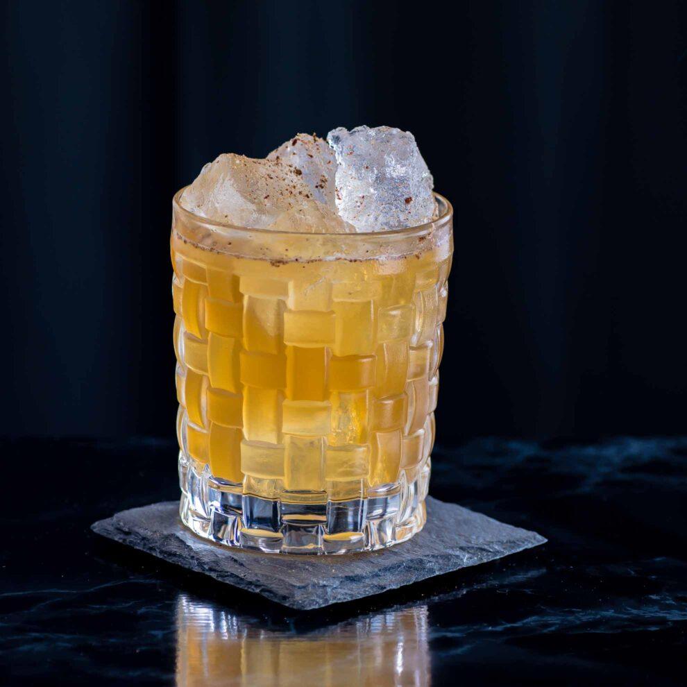 Ein Philadelphia Fish House Punch mit Rum, Cognac und Pfirsichlikör.