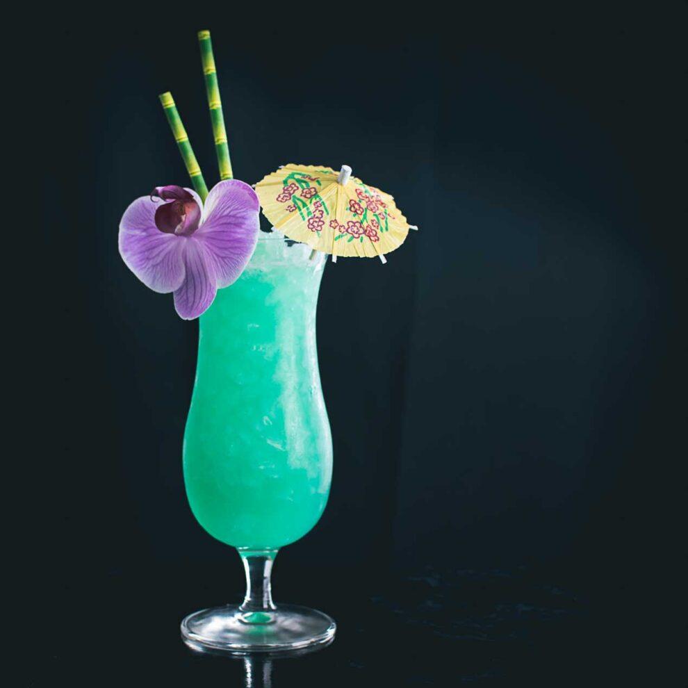 Der Blue Hawaii Cocktail mit Rum, Wodka und Blue Curaçao.