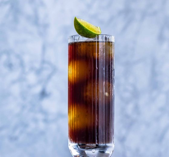 Ein Cuba Libre mit Rum, Cola, Limette.