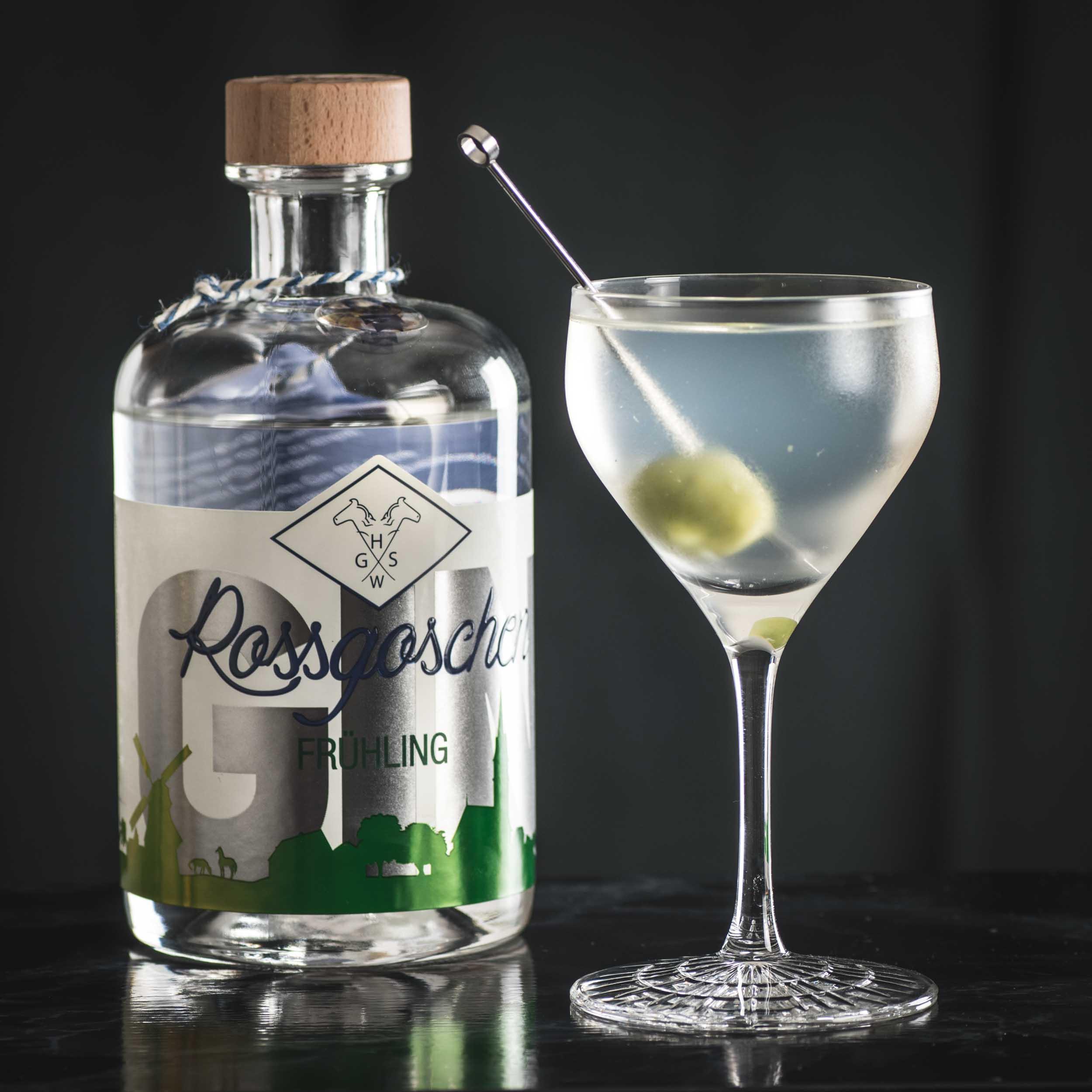 Rossgoschen Frühling Gin in einem Dirty Martini mit Olive.