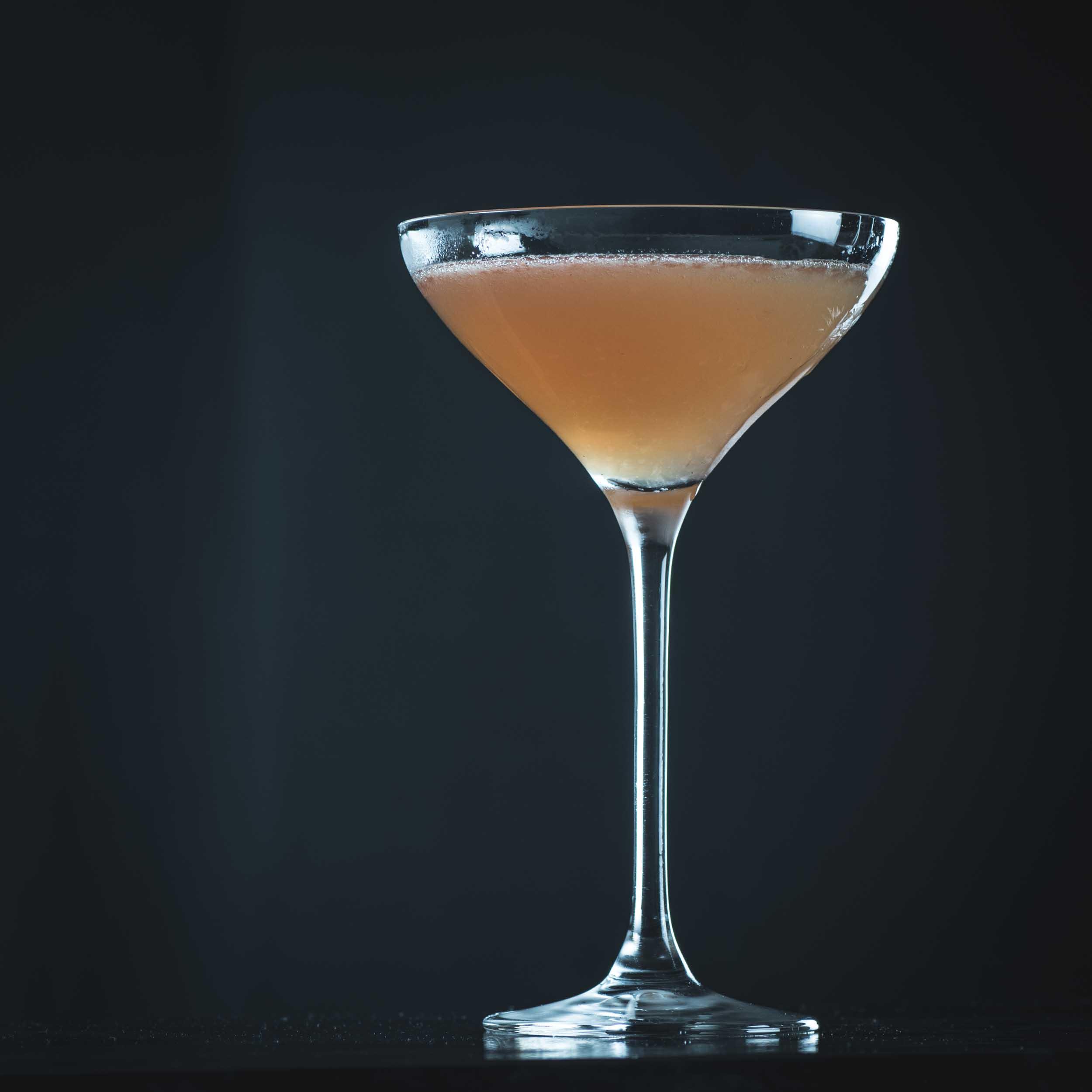 Ein Scofflaw Cocktail mit Rye Whiskey, trockenem Wermut, Grenadine, Zitrone und Orange Bitters.
