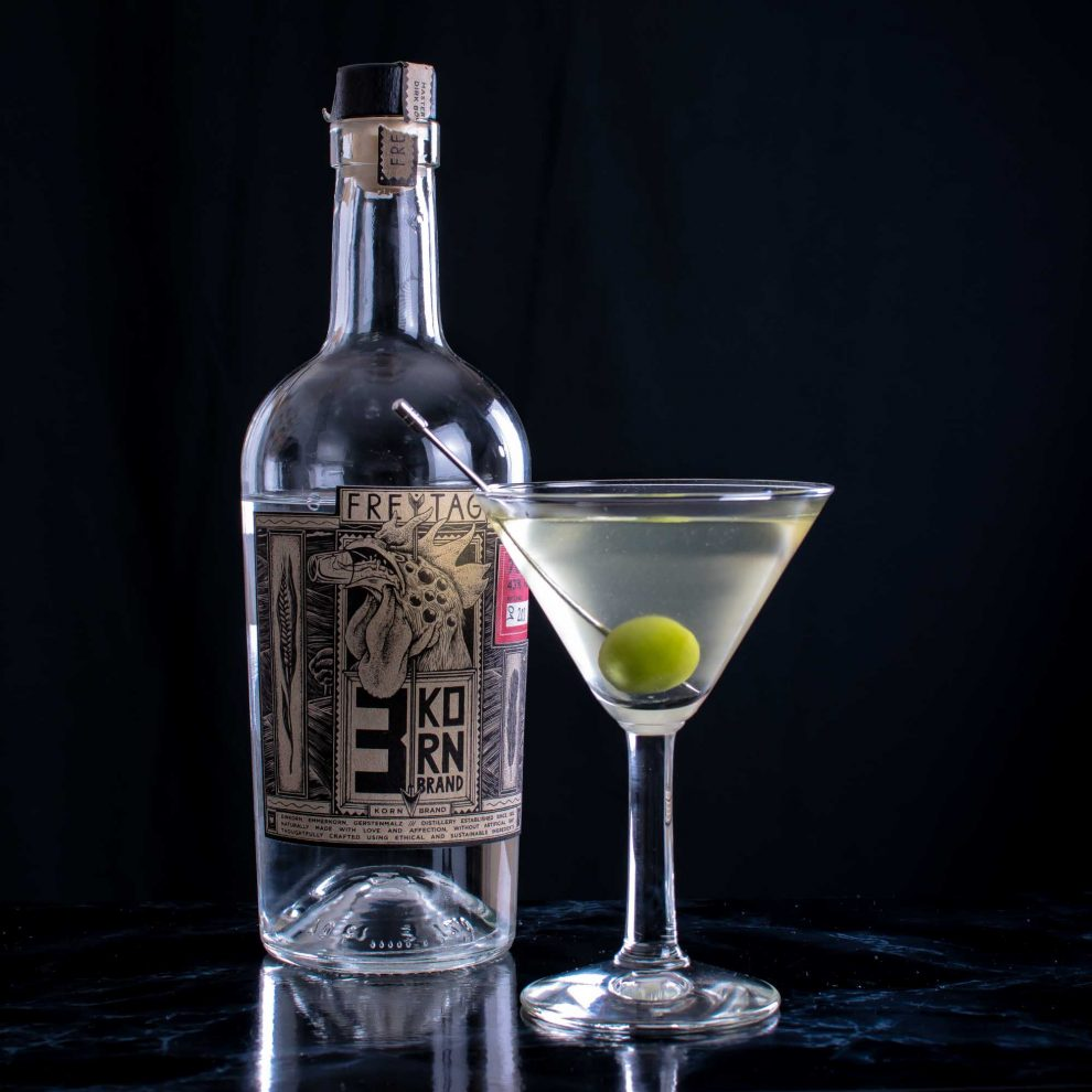 Freytag 3 Kornbrand in einem Dirty Martini mit Olive.