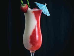 Ein Miami Vice Cocktail, zur Hälfte aus Pina Colada, zur Hälfte aus Strawberry Daiquiri.