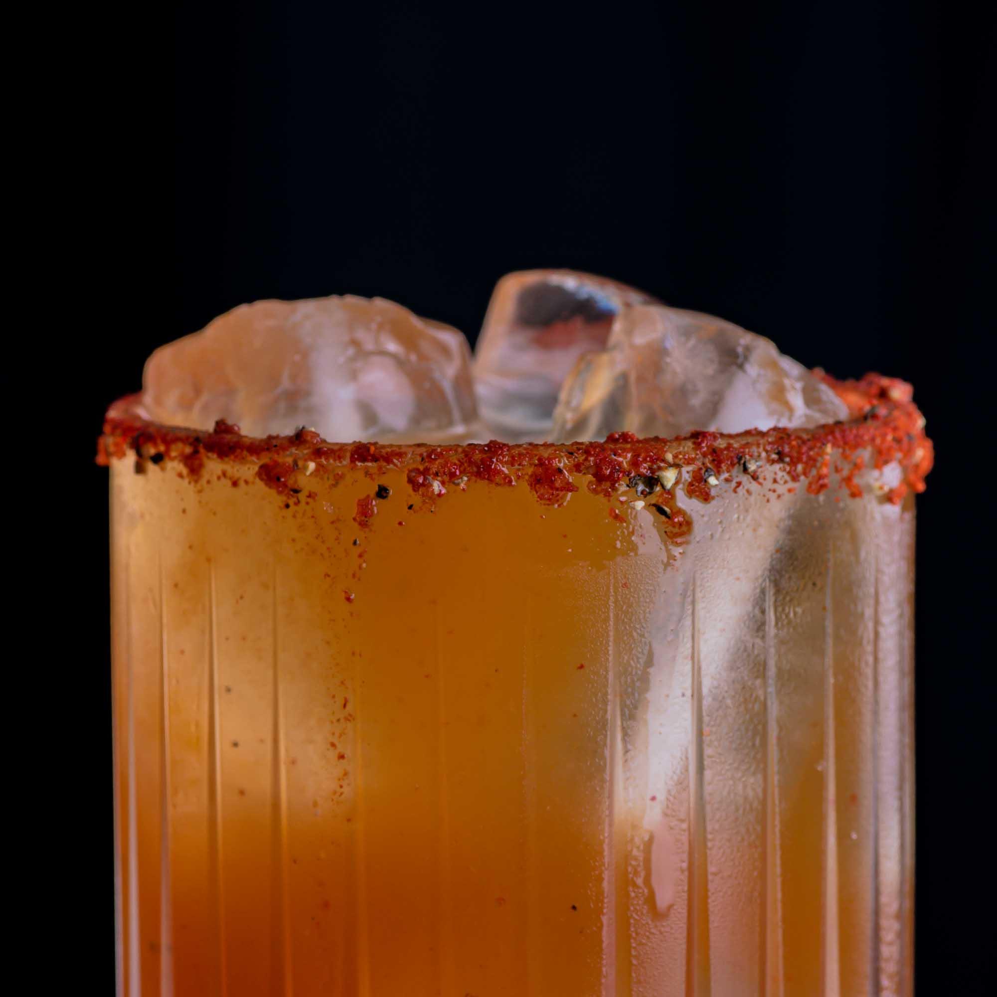 Eine Michelada mit Pfeffer-Chili-Salz-Rim.