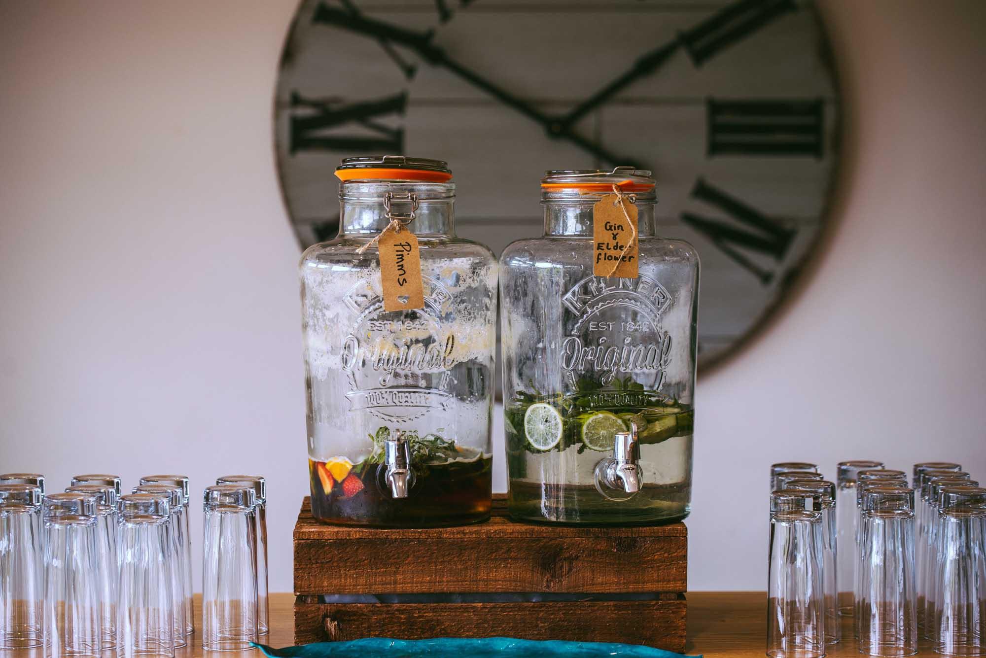 Mit Getränkespendern für eure Punches und Batched Drinks können sich die Gäste selbst bedienen.