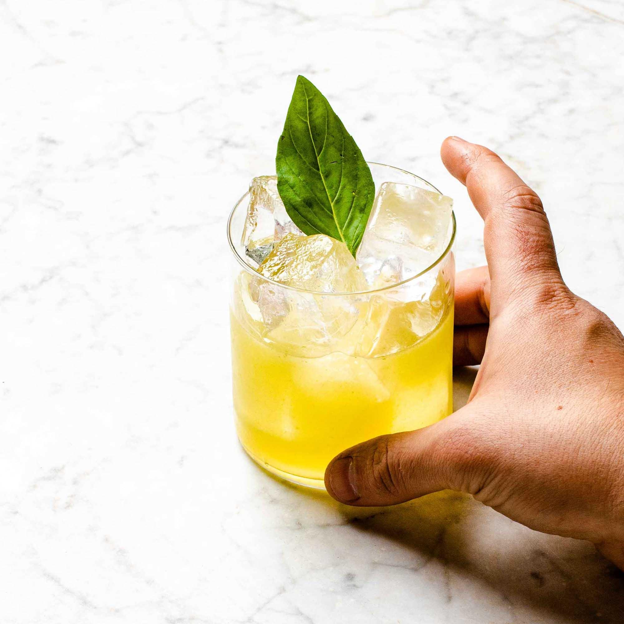 Kraut auf den Drink legen, mit #garnishgame auf Insta posten. Krasser Flex.