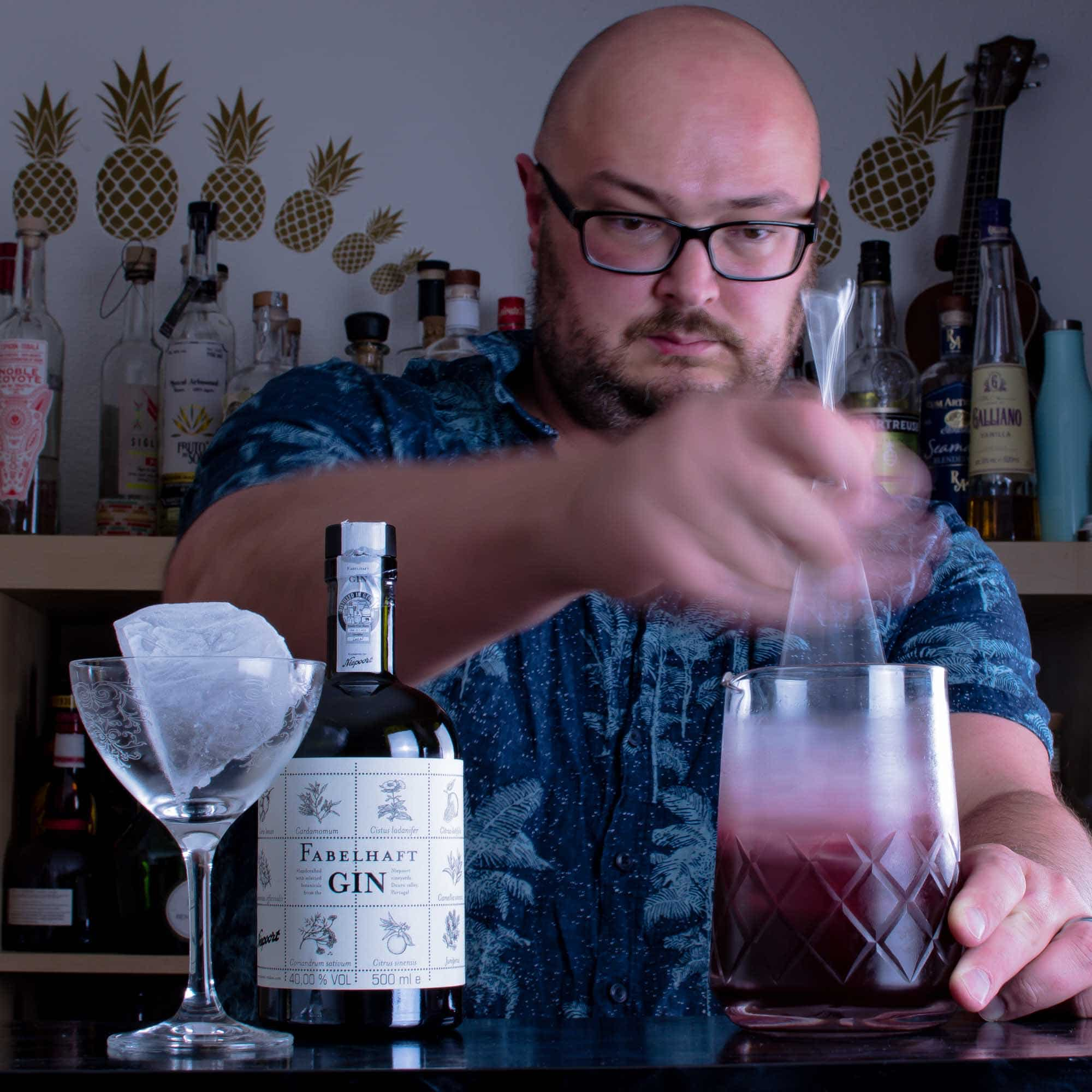 Johann rührt einen Port Martinez mit Fabelhaft Gin.