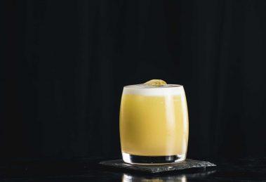 Ein Oliveto Cocktail mit Olivenöl, Eiweiß, Gin und Vanillelikör.