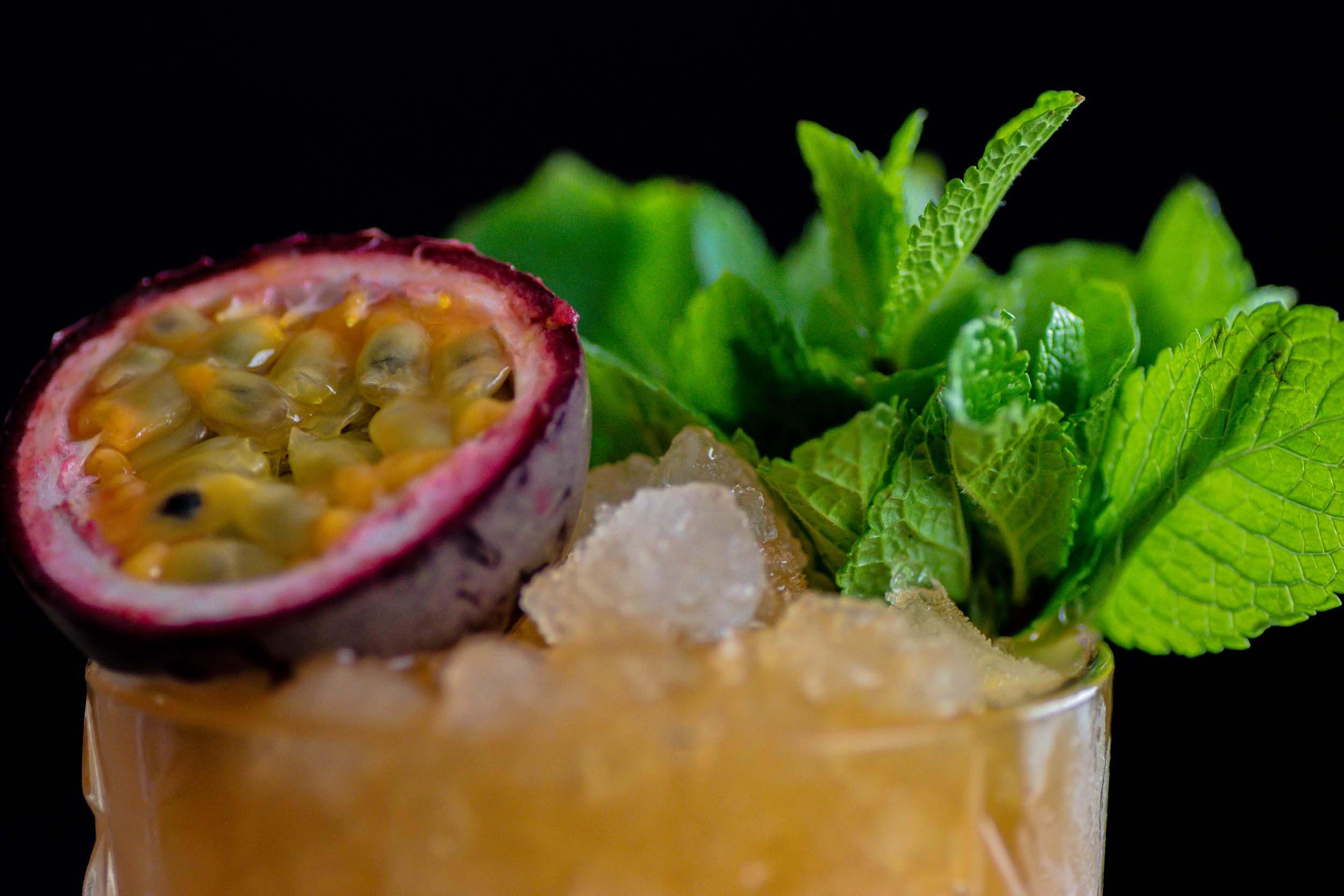 Bei der Garnitur des Turnbuckle könnt ihr eurer Fantasie freien Lauf lassen. Aber Minze geht für tropische Cocktails echt immer.