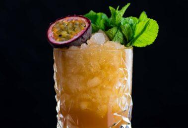 Der Turnbuckle Cocktail mit Rum und Cynar.