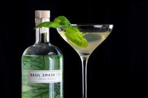 Wajos Basil Smash Gin in einem Basiltini Cocktail