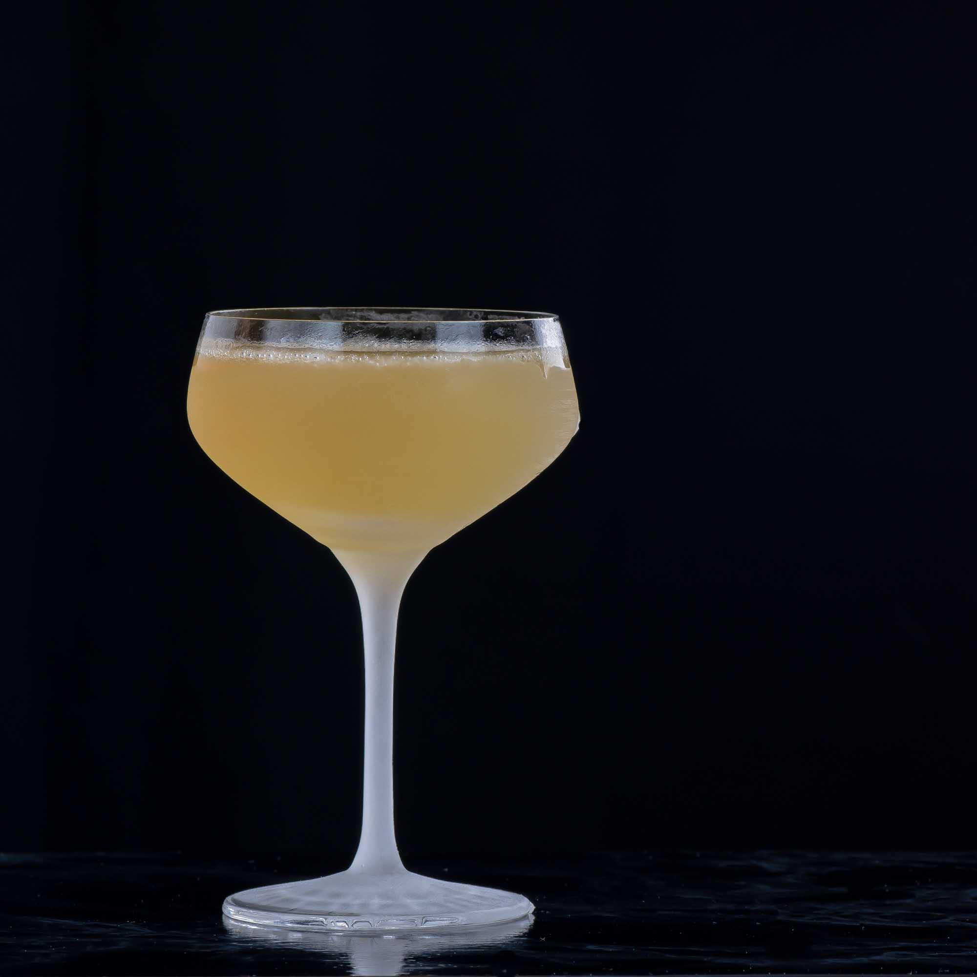 Ein Air Mail Cocktail mit Honig, Limette, Rum und Schampus.