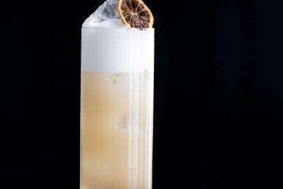 Ein Silver Gin Fizz mit Zitrone, Gin, Zuckersirup und: Eiweiß.